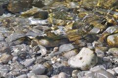 Steine unter Wasser stockfotografie