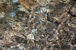 Steine unter Wasser Stockfotos
