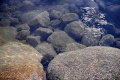 Steine unter Wasser Stockfoto