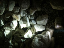 Steine unter Wasser mit Hintergrundbeleuchtung lizenzfreie stockfotografie