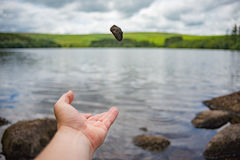 Steine werfen weg Stockfoto