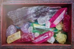 Steinedelsteine im Kasten stockfotos