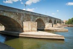 Steinerne Brücke (steinige Brücke) in Regensburg Lizenzfreies Stockbild