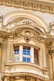 Steinfassade auf klassischem Gebäude Stockfotos