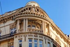 Steinfassade auf klassischem Gebäude Stockfotografie