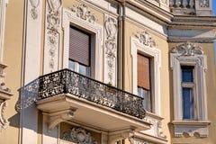 Steinfassade auf klassischem Gebäude Stockbild