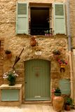 Steinfassade mit Blumen im mittelalterlichen Dorf von Valbonne, Provence, Frankreich Lizenzfreie Stockfotos