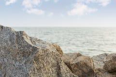Steinfelsen auf dem Meer Stockbild