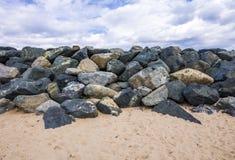 Steinfelsen auf dem wilden Strand Stockbild