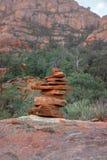 Steinfelsen, die in Übereinstimmung mit ruhiger Landschaft balancieren lizenzfreie stockbilder