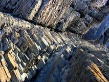 Steinfelsen durch das Meer lizenzfreie stockfotos