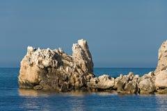 Steinfelsen im Meer stockbild