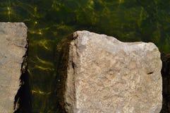 Steinfelsen im Park-Teich Lizenzfreie Stockbilder
