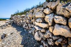 Steinfelsen Zaun oder gabion auf dem Strand in Kroatien Stockfotos