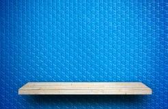 Steinfelsenregalzähler auf grauem Ziegelstein für Produkt displa lizenzfreies stockbild
