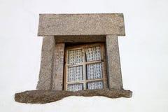 Steinfenster auf weißer Wand Stockbilder