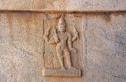Steinflachreliefs auf den Wänden in den Tempeln Hampi Schnitzen von Stein a Stockbild