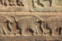 Steinflachreliefs auf den Wänden in den Tempeln Hampi Schnitzen von Stein a Stockbilder