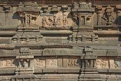 Steinflachreliefs auf den Wänden in den Tempeln Hampi Schnitzen von Stein a Stockfotografie