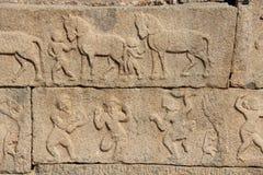 Steinflachreliefs auf den Wänden in den Tempeln Hampi Schnitzen von Stein a Stockfoto