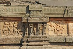 Steinflachreliefs auf den Wänden in den Tempeln Hampi Schnitzen von Stein a Lizenzfreie Stockfotos