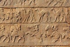 Steinflachreliefs auf den Wänden in den Tempeln Hampi Schnitzen von Stein a Lizenzfreies Stockbild