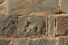 Steinflachreliefs auf den Wänden in den Tempeln Hampi Schnitzen von Stein a Lizenzfreies Stockfoto