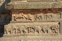 Steinflachreliefs auf den Wänden in den Tempeln Hampi Schnitzen von Stein a Lizenzfreie Stockfotografie
