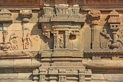 Steinflachreliefs auf den Wänden in den Tempeln Hampi Schnitzen von Stein a Stockfotos
