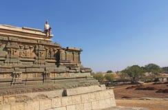 Steinflachreliefs auf den Wänden in den Tempeln Hampi Schnitzen von Stein a Lizenzfreie Stockbilder