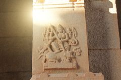 Steinflachreliefs auf der Spalte in Hazara Rama Temples Hampi Ca lizenzfreie stockbilder