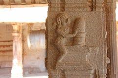Steinflachreliefs auf der Spalte in Shiva Virupaksha Temple, Hamp Lizenzfreie Stockbilder