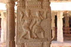 Steinflachreliefs auf der Spalte in Shiva Virupaksha Temple, Hamp Stockbilder