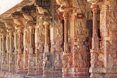 Steinflachreliefs auf der Spalte in Shiva Virupaksha Temple, Hamp Stockfoto