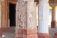 Steinflachreliefs auf der Spalte in Shiva Virupaksha Temple, Hamp Stockfotos