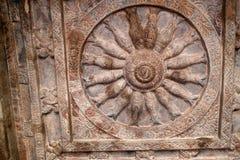 Steinflachreliefs die Verzierungswände und die Decken von alten indischen Tempeln Stockfotos