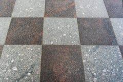 Steinfliesen von grauen Tönen, ausgebreitet in einem Schachbrettmuster stockbild