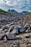 Steinfluß auf dem Hintergrund eines ausgestorbenen Vulkans Vulkane von Kamchatka faszinieren Ihre Rätselhaftigkeit zieht viele an lizenzfreies stockfoto