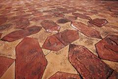 Steinfußboden deckte Muster mit Ziegeln Stockbild
