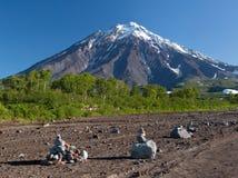 Steingarten am Fuß des Vulkans stockbilder