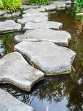 Steingehweg auf Wasser Lizenzfreie Stockbilder