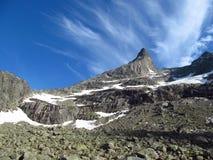 Steingipfel, felsige Bergspitzen und Gletscher in Norwegen Stockbild