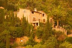 Steinhäuser auf Abhang in Spanien Lizenzfreies Stockfoto