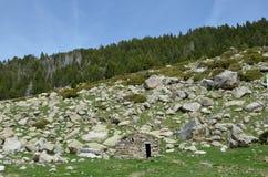 Steinhütte in den Bergen Stockfotografie