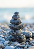 Steinhaufen auf dem kieseligen Seestrand Lizenzfreies Stockfoto