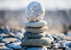 Steinhaufen auf dem kieseligen Seestrand Lizenzfreies Stockbild