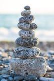 Steinhaufen auf dem kieseligen Seestrand Lizenzfreie Stockbilder