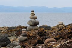 Steinhaufen auf der schottischen Küste Stockfotografie
