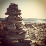 Steinhaufen auf Spitzen Stockfotos