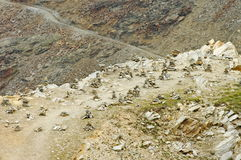 Steinhaufen in den Alpen-Bergen, Marksteinanziehungskraft in der Schweiz Stockbild